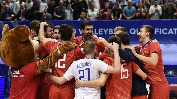 Игроки сборной России радуются победе в матче олимпийского квалификационного турнира по волейболу среди мужчин между сборными командами России и Ирана
