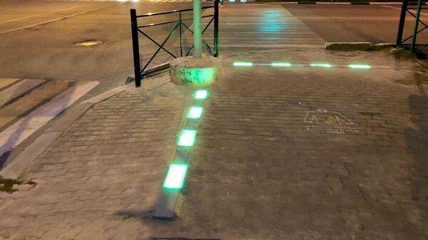 Светофоры с тактильными полосами безопасности, расположенными на земле и дублирующими цвета светофора