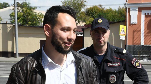 Сотрудник ФБК Борис Золотаревский перед заседанием Тверского суда Москвы