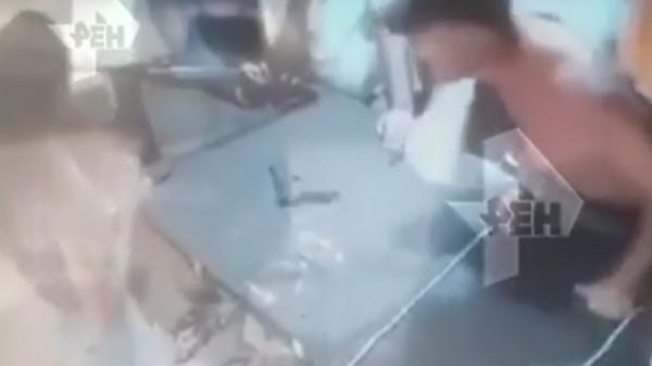 Пьяный мужчина напал на работницу тира