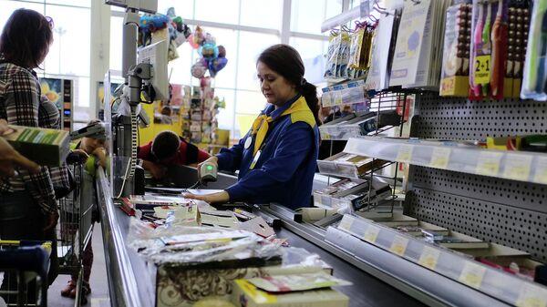Покупатели на кассе в супермаркете