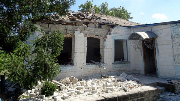 Разрушенный дом в результате обстрела украинскими силовиками частного сектора села Октябрь Донецкой области Украины