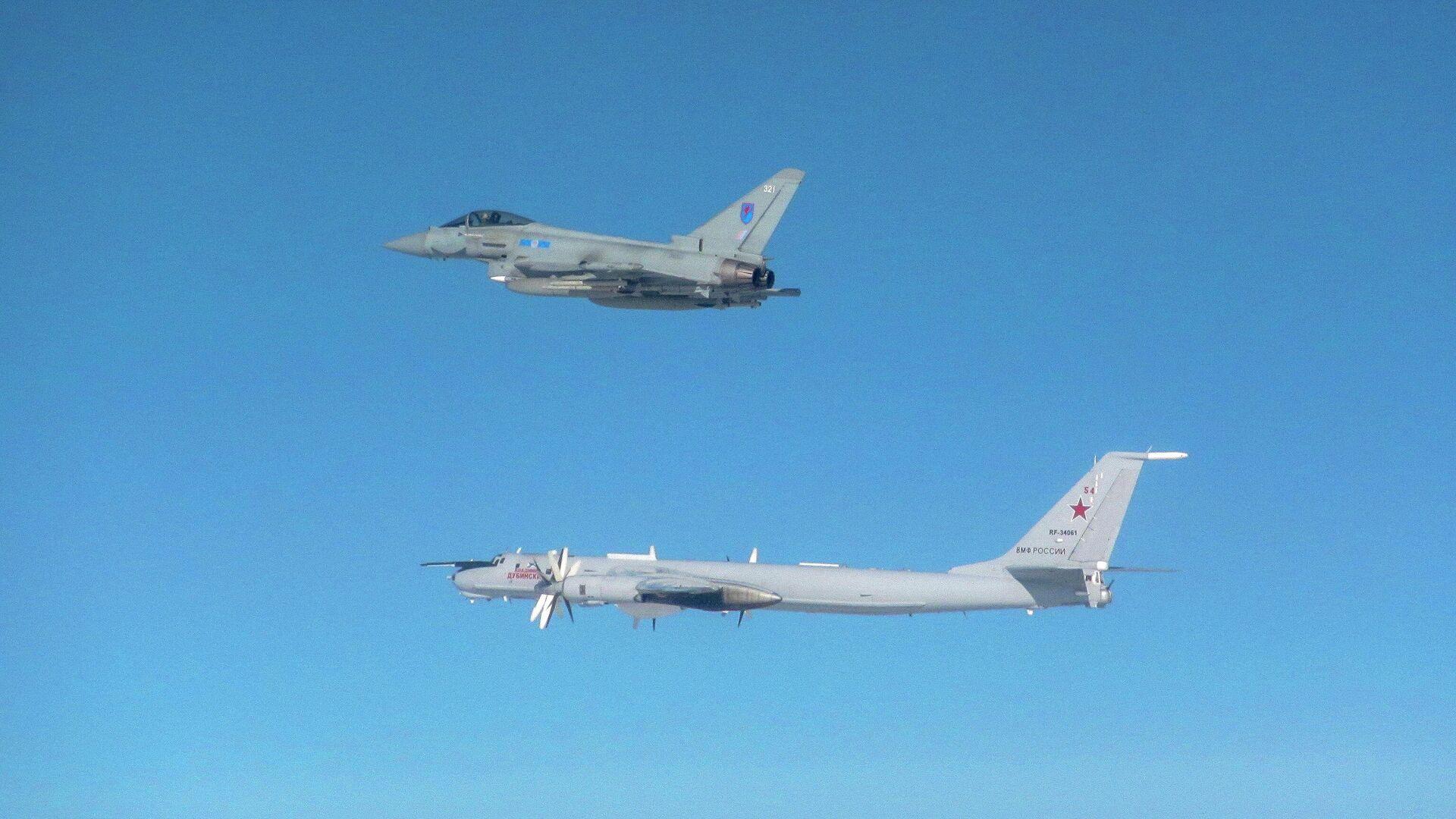 Истребитель Typhoon ВВС Великобритании сопровождает российский самолет Ту-142 - РИА Новости, 1920, 20.09.2020
