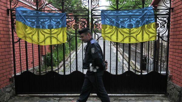 Полицейский у ворот генерального консульства Российской федерации во Львове