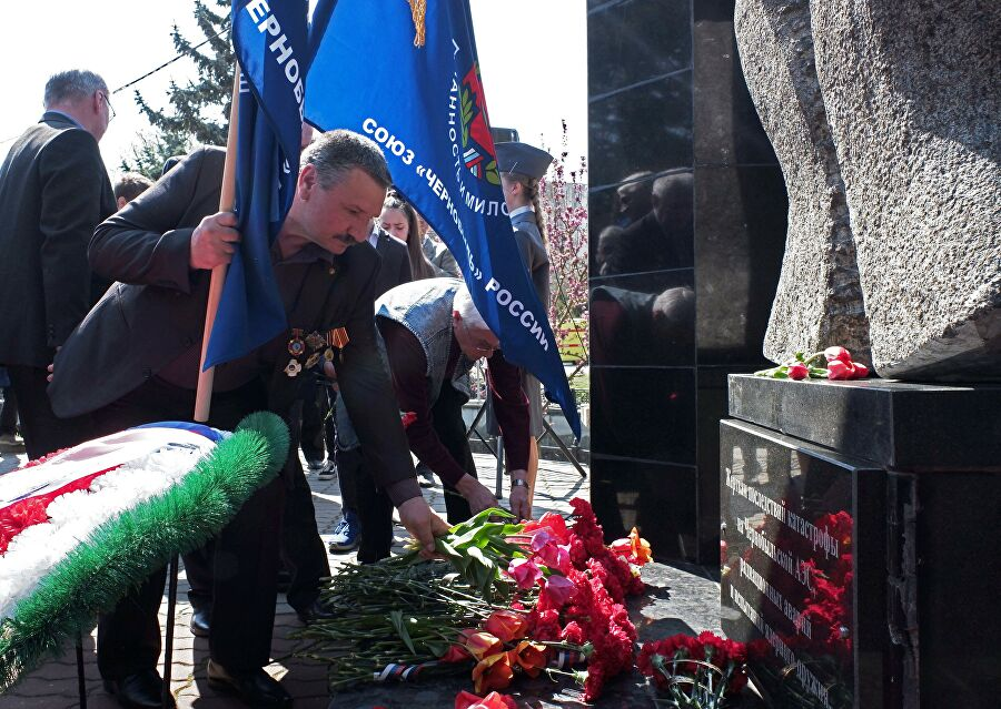 Члены союза Чернобыль России возлагают цветы во время мероприятий, посвященных памяти жертв чернобыльской катастрофы в парке имени Гагарина в Симферополе. 2019 год