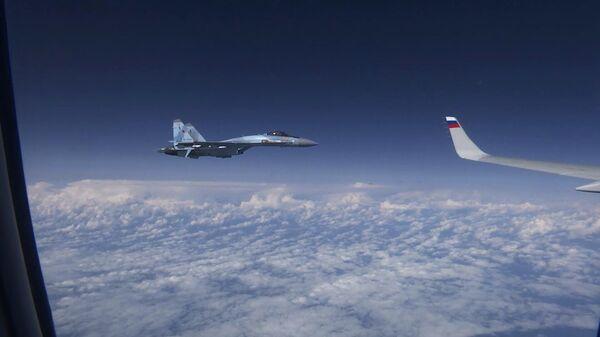 Самолет Су-27 сопровождает лайнер российского министра обороны Сергея Шойгу над нейтральными водами Балтийского моря