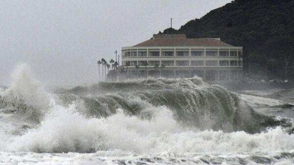 Высокие волны на пляже в Миядзаки
