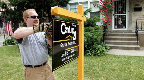 Вывеска агенства недвижимости перед домом в Чикаго