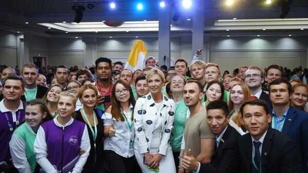 Официальный представитель Министерства иностранных дел России Мария Захарова фотографируется с участниками Международного молодежного форума Евразия Global