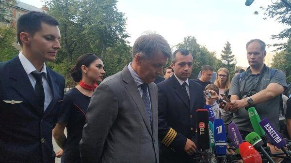 Командир корабля Дамир Юсупов и второй пилот Георгий Мурзин во время пресс-конференции в Жуковском
