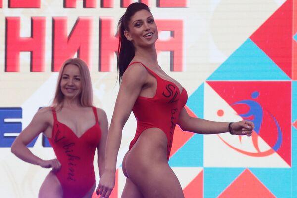 Девушки позируют на сцене в рамках празднования Дня физкультурника в Москве