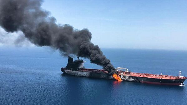 Горящий танкер в Оманском заливе
