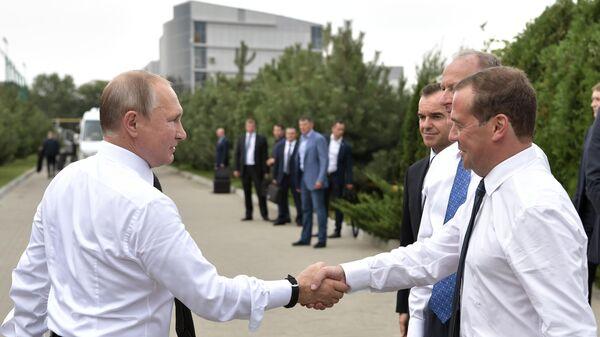 Путин и Медведев осмотрели волейбольный комплекс в Анапе