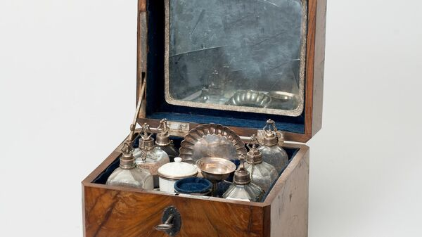 Настольный несессер с туалетными принадлежностями (баночками, в том числе баночка с пудрой, флаконами, подносом, воронкой и т.д.) Франция, конец XVIII в.