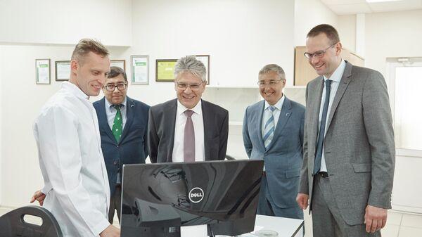 Президент Российской академии наук (РАН) Александр Сергеев в лаборатории Х-BIO ТюмГУ