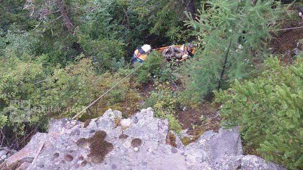 Спасатели эвакуируют девушку, которая сорвалась со скалы в поселке Чульман Нерюнгринского района Якутии
