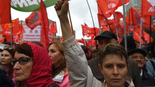 Участники акции КПРФ За честные и чистые выборы! на проспекте академика Сахарова в Москве. 17 августа 2019