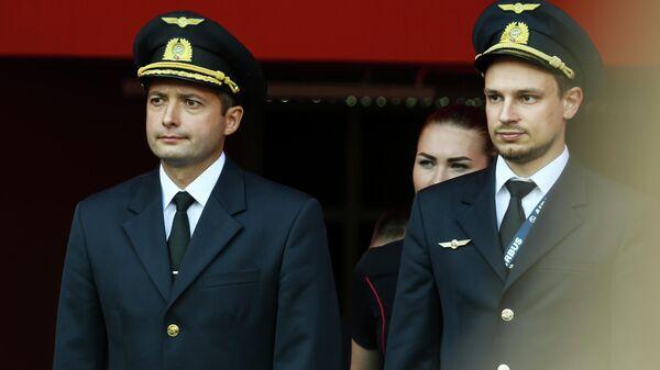 Командир экипажа лайнера Airbus А321 авиакомпании Уральские авиалинии Дамир Юсупов (слева) и второй пилот Георгий Мурзин на церемонии чествования