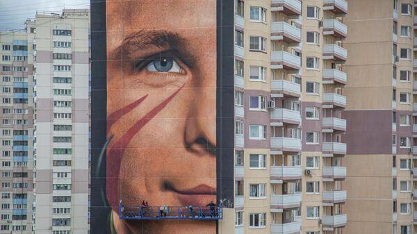 Граффити с Юрием Гагариным на фасаде дома №2 по улице Кутузовская в районе Новая Трехгорка