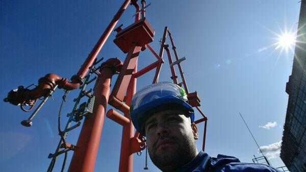 Рабочий в терминале компании Газпромнефть в Санкт-Петербурге