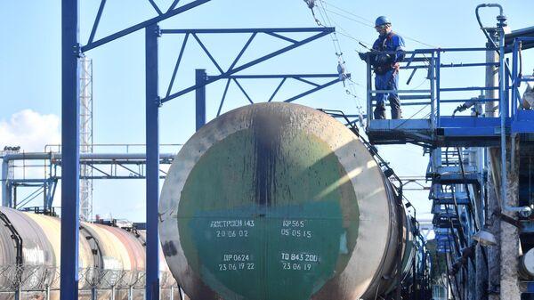 Железнодорожная цистерна с топливом в терминале компании Газпромнефть