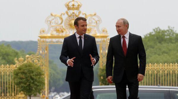 Президент РФ Владимир Путин и президент Франции Эммануэль Макрон во время встречи