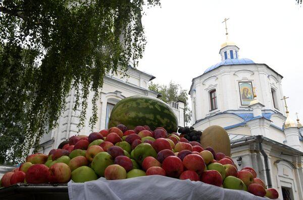 Освященные фрукты возле храма Преображения господня в селе Большие Кабаны Лаишевского района республики Татарстан