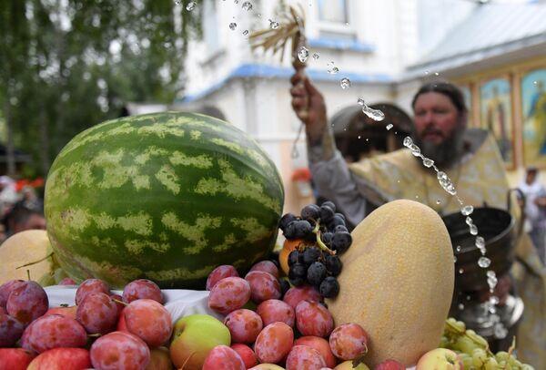 Освящение фруктов у храма Преображения господня в селе Большие Кабаны Лаишевского района республики Татарстан