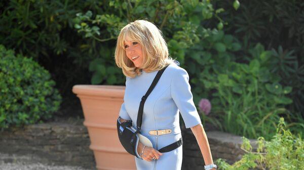 Первая леди Франции Брижит Макрон перед встречей Эммануэля Макрона и Владимира Путина. 19 августа 2019