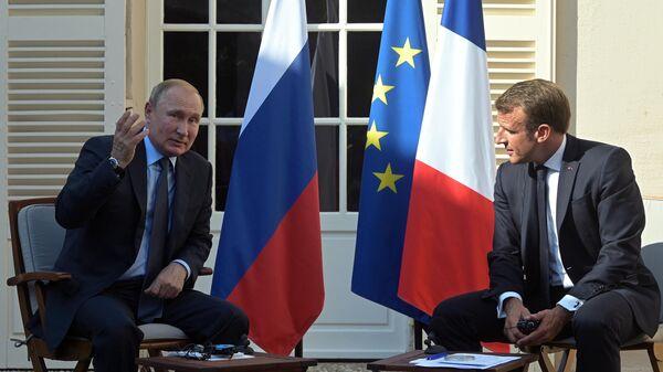 Президент РФ Владимир Путин и президент Франции Эммануэль Макрон во время встречи в резиденции президента Франции Форт Брегансон