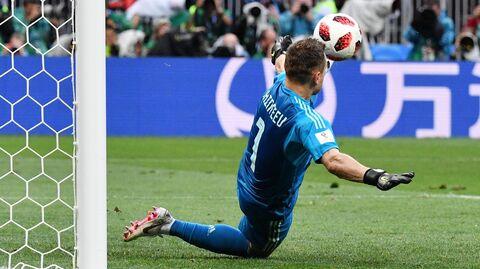 Игорь Акинфеев отбивает пенальти в матче со сборной Испании