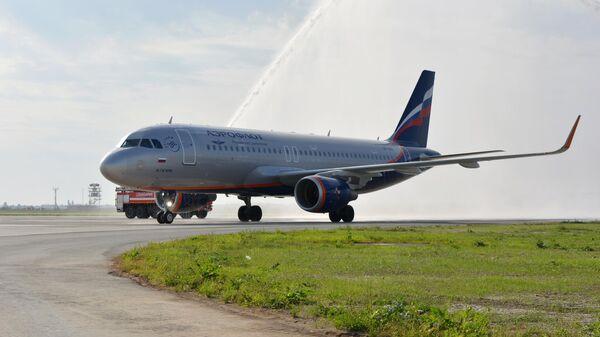 Самолет Airbus A320-214 авиакомпании Аэрофлот проезжает сквозь водную арку приветствия в международном аэропорту Гагарин