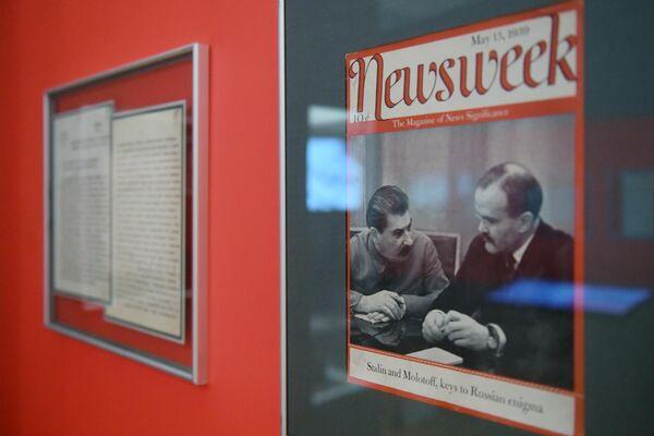 Обложка Американского еженедельного новостного журнала Newsweek 1939 года, на которой изображены И. В. Сталин и В.М. Молотов, представленная на открытии историко-документальной выставки 1939 год. Начало Второй мировой войны