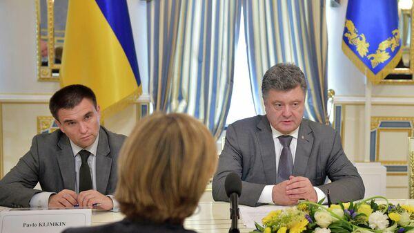 Министр иностранных дел Украины Павел Климкин и президент Украины Петр Порошенко перед началом церемонии подписания в Киеве меморандума о расследовании крушения Boeing 777