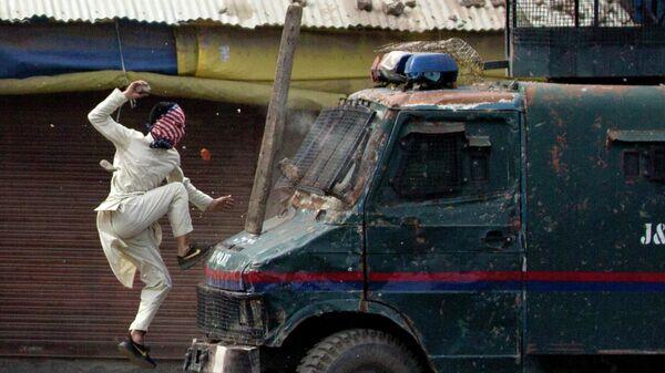 Протестующий в Кашмире прыгает на машину индийской полиции