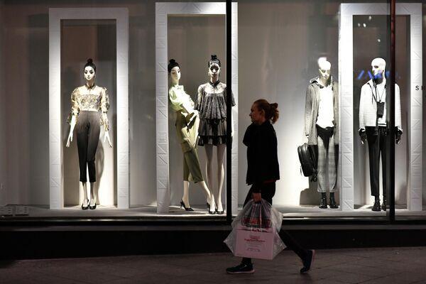 Манекены в витрине магазина на одной из улиц в Москве