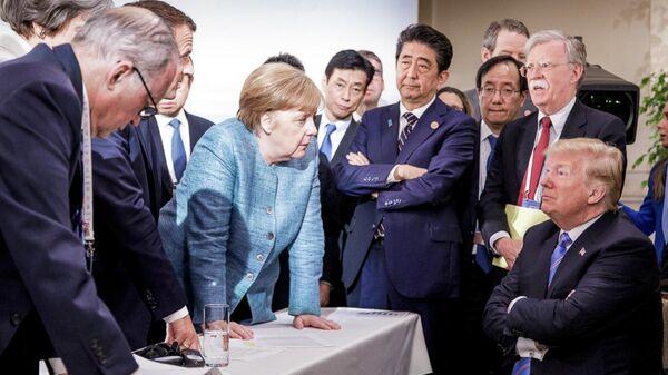Канцлер Германии Ангела Меркель и президент США Дональд Трамп во время саммита лидеров G7 в Мальбе, Канада. 2018 год