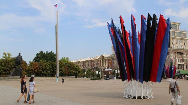 Государственный флаг Российский Федерации на центральной площади Ленина в Донецке