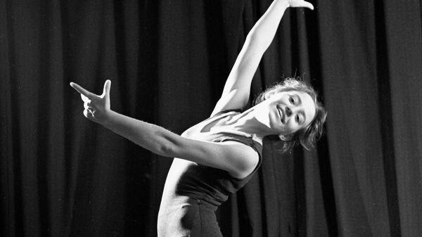 Мастер спорта СССР по художественной гимнастике Людмила Савинкова (спортивное общество Труд) выполняет упражнения без предмета.