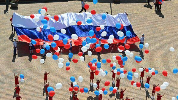 Участники торжественного мероприятия, посвященного празднованию Дня государственного флага Российской Федерации, на площади возле исторического парка Россия - Моя история в Ростове-на-Дону