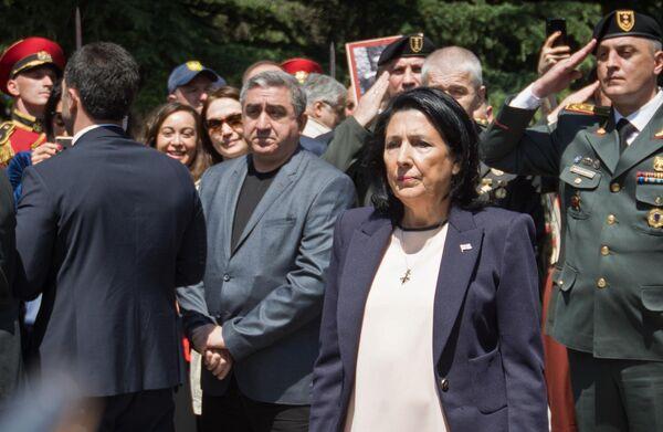 Президент Грузии Саломе Зурабишвили на церемонии возложения цветов к могиле неизвестного солдата в парке Ваке в Тбилиси
