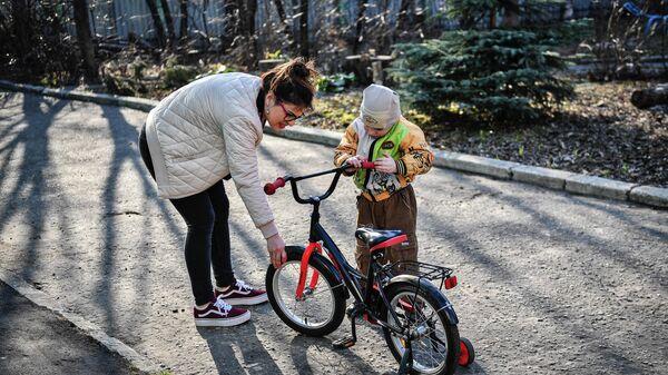 Девушка играет с воспитанником детского дома