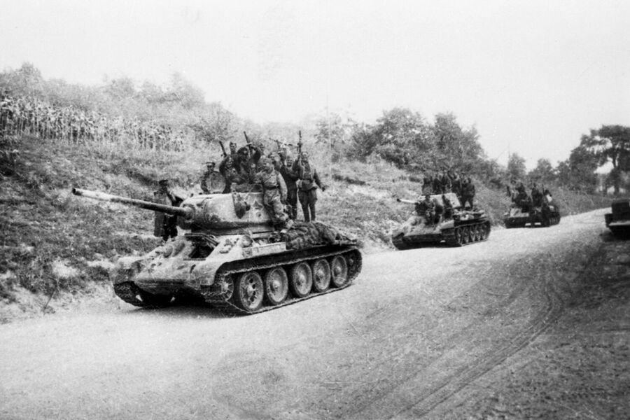 Ясско-Кишиневская операция (20 - 29 августа 1944 года). Советские танки идут на помощь повстанцам на окраине города Бухареста