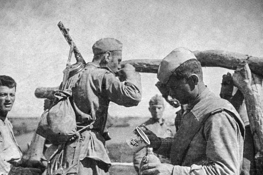В освобожденной молдавской деревне. Солдаты у колодца. Ясско-Кишиневская операция