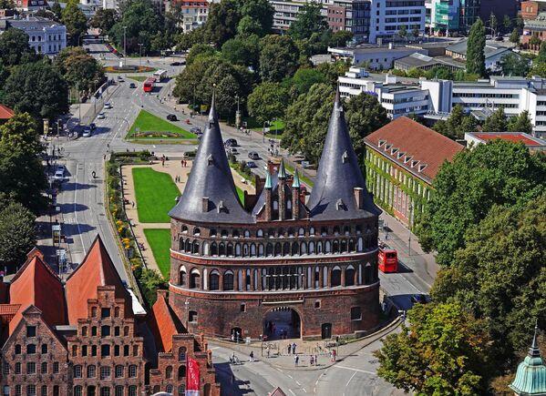 Хольстентор - средневековые городские ворота города Любека, построенные в XV веке