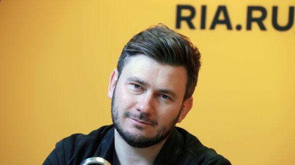 Российский писатель Дмитрий Глуховский в студии радио Sputnik в Москве
