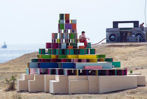 Арт-объекты на территории фестиваля творческих сообществ Таврида-АРТ в бухте Капсель в Судаке
