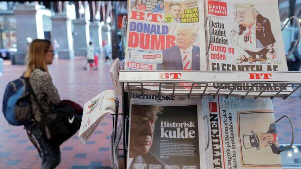 Газеты с заголовками об отмене поездки Дональда Трампа в Данию на центральном вокзале Копенгагена