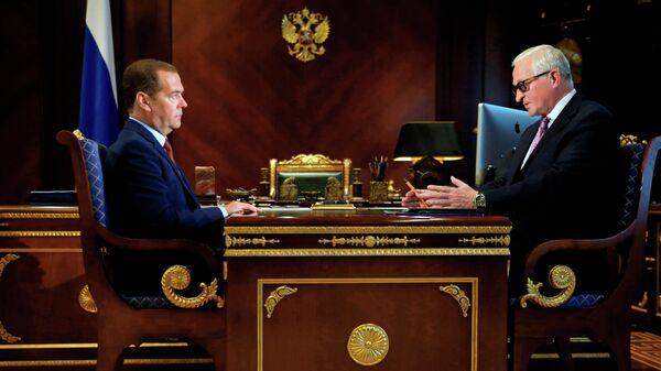 Председатель правительства Дмитрий Медведев и президент РСПП Александр Шохин во время встречи. 23 августа 2019