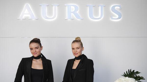 Девушки в первом шоуруме по коммерческим продажам отечественных машин для первых лиц государства проекта Кортеж в деловом центре Москва-Сити